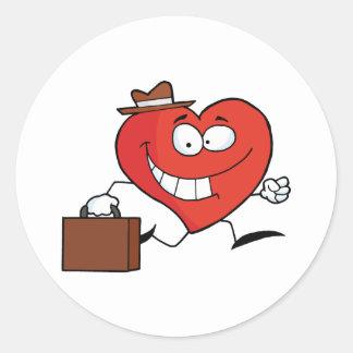 Carácter del corazón del negocio que lleva un pegatina redonda