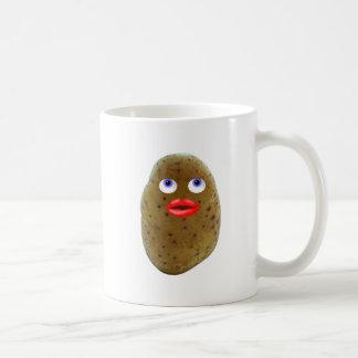 Carácter divertido de la patata con la taza de