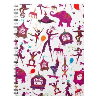 caracteres coloridos del circo en blanco cuaderno