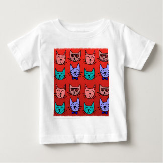 Caras del gato en rojo camiseta de bebé