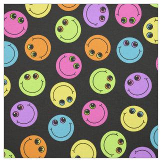 Caras sonrientes coloridas en negro tela