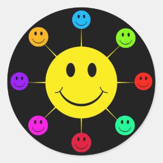 Caras sonrientes coloridas pegatina redonda