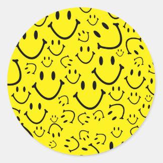 Caras sonrientes felices pegatina redonda