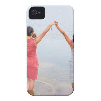 Carcasa Para iPhone 4 De Case-Mate Dos mujeres felices que se colocan en water.JPG