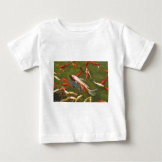 Carpas de Koi en la charca Camiseta De Bebé