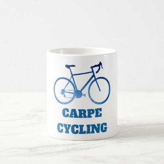 Carpe que completa un ciclo, bicicleta que taza de café
