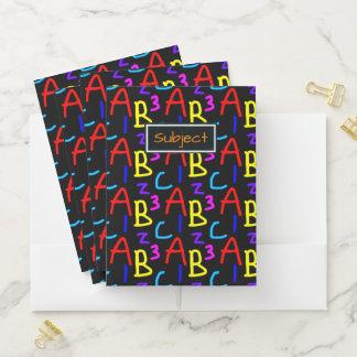 Carpeta Con Bolsillos Letras y modelo coloridos de la tipografía de los