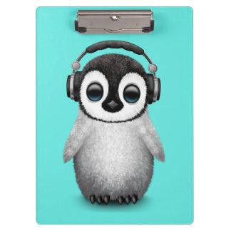 Carpeta De Pinza Auriculares que llevan de DJ del pingüino lindo