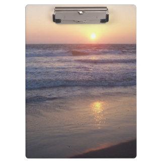 Carpeta De Pinza La playa del océano agita el tablero de la puesta