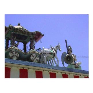 Carro del templo hindú en el tejado postal