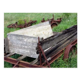 Carro oxidado viejo postal