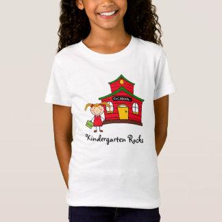 Casa de la escuela con la camisa del chica