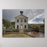 Casa de la escuela vieja después de la tormenta -  posters