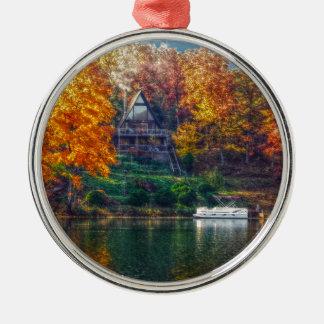 Casa en el lago adorno navideño redondo de metal