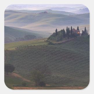 Casa en Toscana en el pegatina de la niebla de la