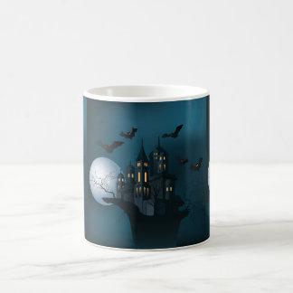 Casa encantada de Halloween, árbol muerto, luna y Taza De Café