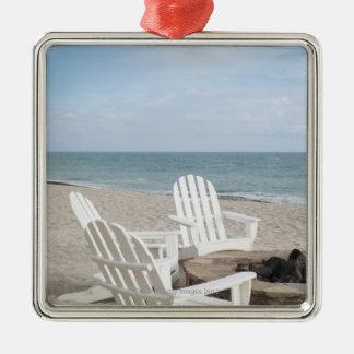 casa frente al mar con las sillas del adirondack y adorno cuadrado plateado