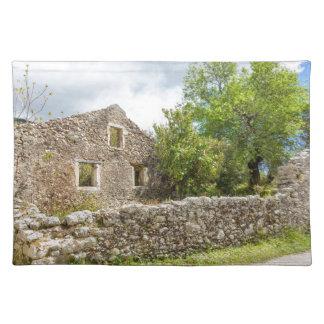Casa histórica vieja como ruinas a lo largo del salvamanteles
