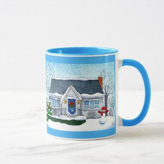 Casa linda del navidad con la taza del muñeco de