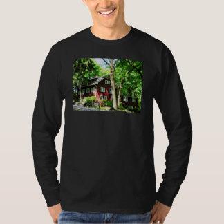 Casa roja en la colina camiseta