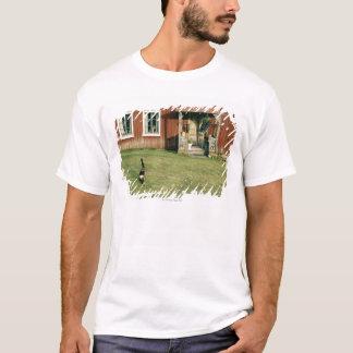 Casa roja gastada con un gato en el césped camiseta