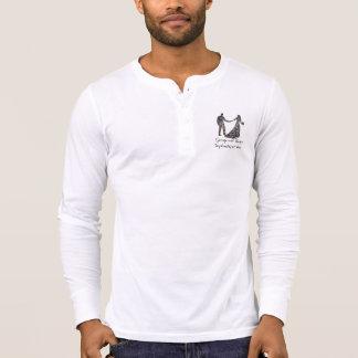 Casado en esta camisa del estilo de Henley del día