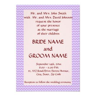 Casandose - el zigzag violeta, pica el fondo invitación 13,9 x 19,0 cm