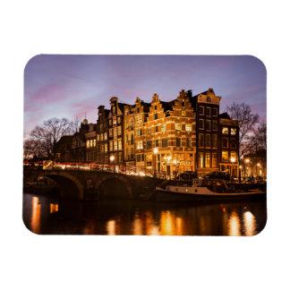 Casas del canal de Amsterdam en el imán