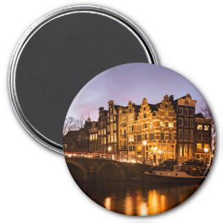 Casas del canal de Amsterdam en el imán redondo de