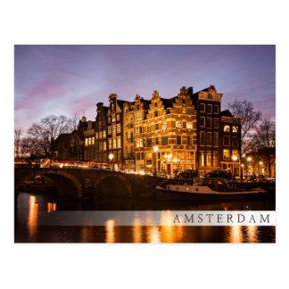 Casas del canal de Amsterdam en la postal de la