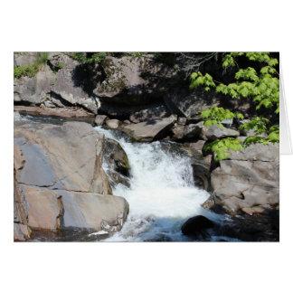 Cascada ahumada de las montañas tarjeta pequeña