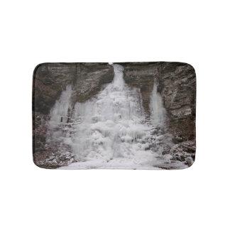 Cascada congelada del barranco alfombrilla de baño