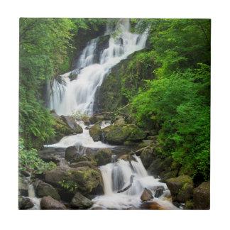 Cascada escénica, Irlanda de Torc Azulejo Cuadrado Pequeño
