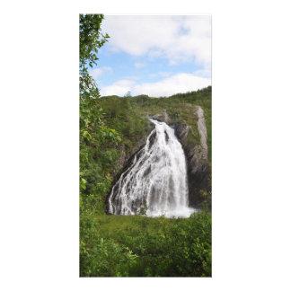 Cascada noruega hermosa de la montaña en verano tarjeta