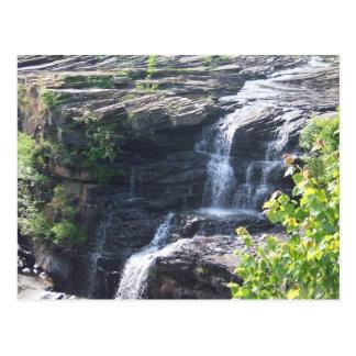 Cascada sobre rocas enormes postal