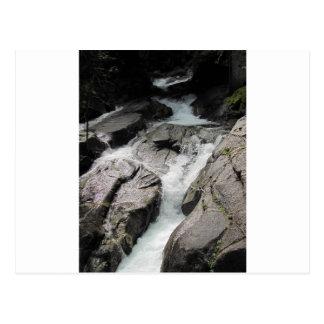 Cascada sobre rocas tarjetas postales