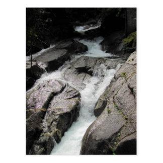 Cascada sobre rocas postales