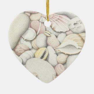 Cáscaras y guijarros del mar en el ornamento del adorno de cerámica en forma de corazón