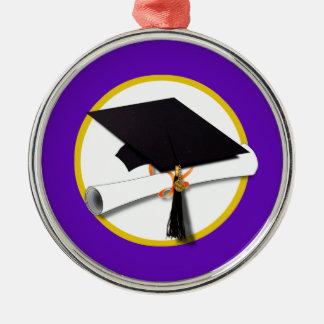 Casquillo w/Diploma - fondo púrpura de la Adorno Redondo Plateado