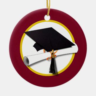 Casquillo y diploma - fondo rojo oscuro de la adorno navideño redondo de cerámica