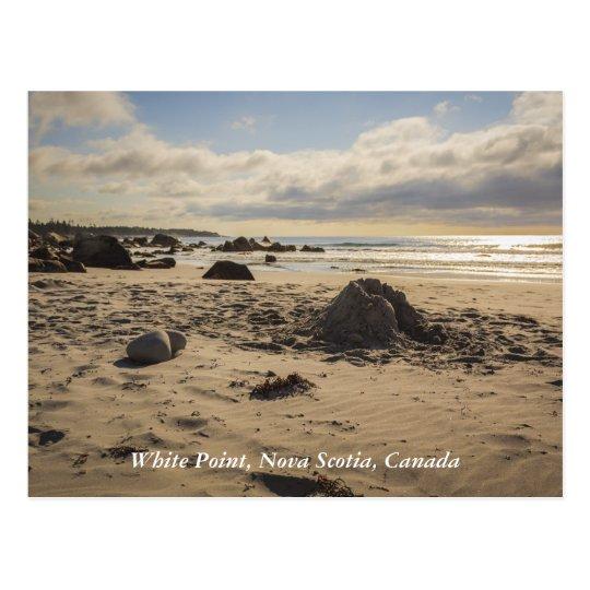 Castillo caido de la arena en la playa postal