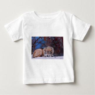 Cazas del lobo en la nieve camiseta de bebé