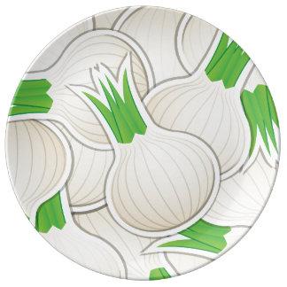 Cebollas blancas enrrolladas plato de porcelana