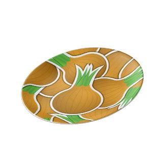 Cebollas marrones enrrolladas plato de porcelana