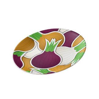 Cebollas mezcladas enrrolladas plato de porcelana