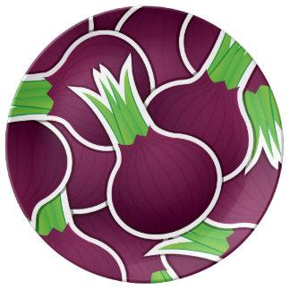 Cebollas púrpuras enrrolladas plato de porcelana