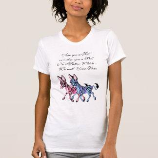 Cebra rosada y azul que cuenta con la camiseta