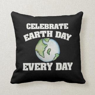 Celebre el Día de la Tierra cada día Cojín Decorativo
