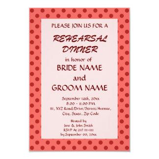 Cena del ensayo - lunares rojos, fondo rosado invitación 8,9 x 12,7 cm