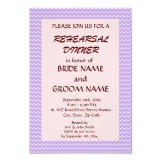 Cena del ensayo - zigzag violeta, fondo rosado invitación 8,9 x 12,7 cm